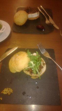 la fonda de maria: hamburger fromage de chevre avec confiture de framboise, et hamburger langostinos sauce moutarde