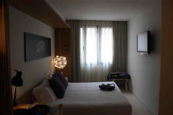 Hotel Denit Barcelona: Das Zimmer, klein und fein