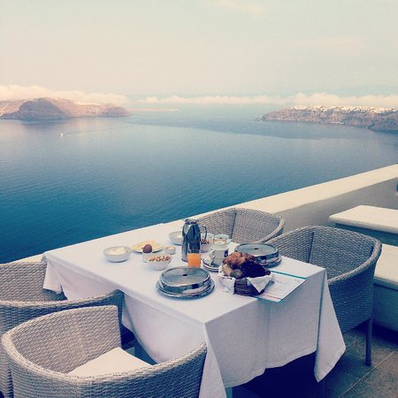 Astra Suites: Breakfast outside in our honeymoon suite