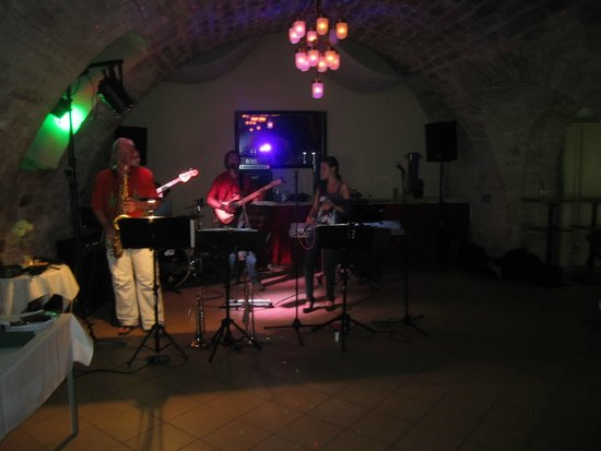 Halbersbacher. Hotel Annaberg: Wine cellar with the band and buffet