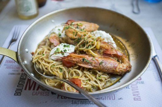 Il Destino: Pasta with prawns in a sizzling hot pan, yummy