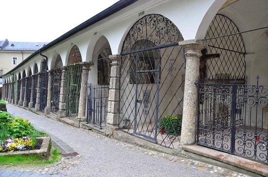 St. Peter's Abbey (Stift St. Peter): 鉄格子の墓地