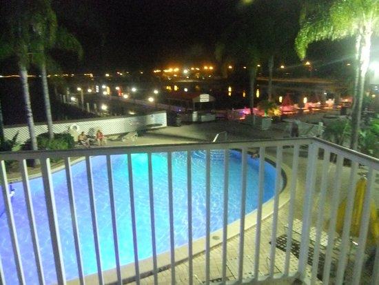 Bay Harbor Hotel: piscine vue de nuit