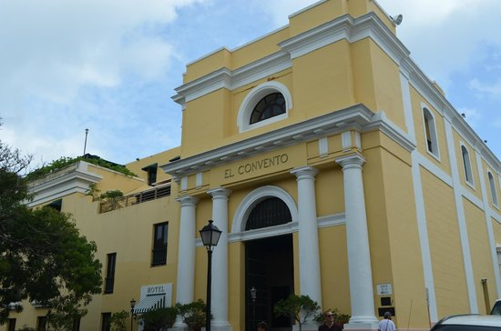 Hotel El Convento: Street view of the front of the hotel