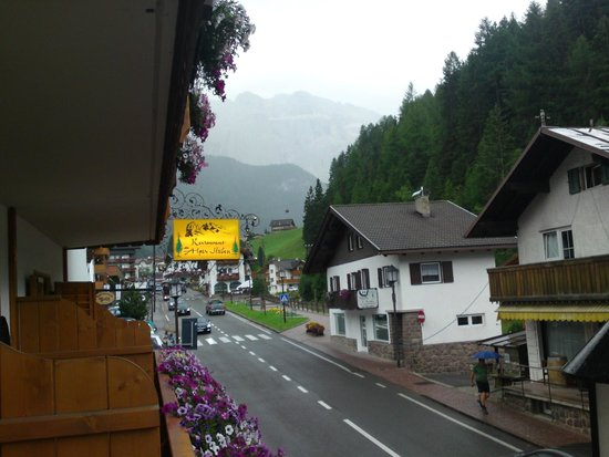 Hotel Des Alpes: The view towards the Dolomiti