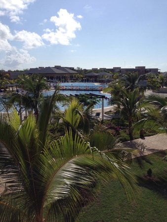 Pestana Cayo Coco All Inclusive Beach Resort : View from building 2... Pool and buffet in the distance