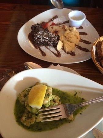 The Moorings Restaurant: Warmer Choclate-Cake&Vanilleeis und Prawns an zerlassener Kräuterbutter