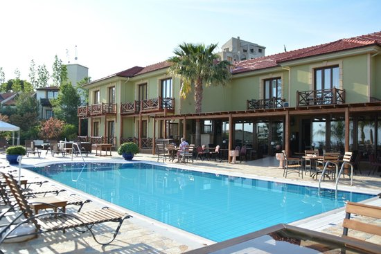 Bella View Art Boutique Hotel : Pool and hotel with breakfast terrace