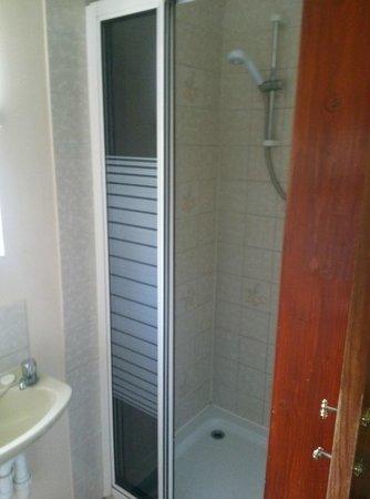 Hillside B&B: shower