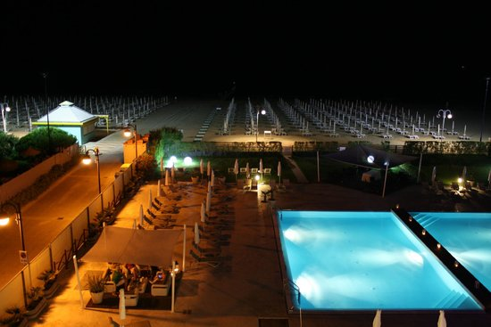 Adriatic Palace Hotel: Pool und Strand bei Nacht