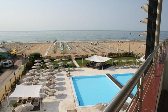 Adriatic Palace Hotel: Pool und Strand vom Zimmer aus