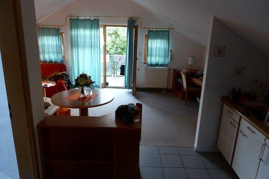 Hotel Bayerischer Wald: blick in`s Wohnzimmer richtung Balkon