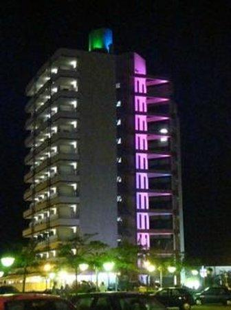 Adriatic Palace Hotel: Hotel bei Nacht von Aussen