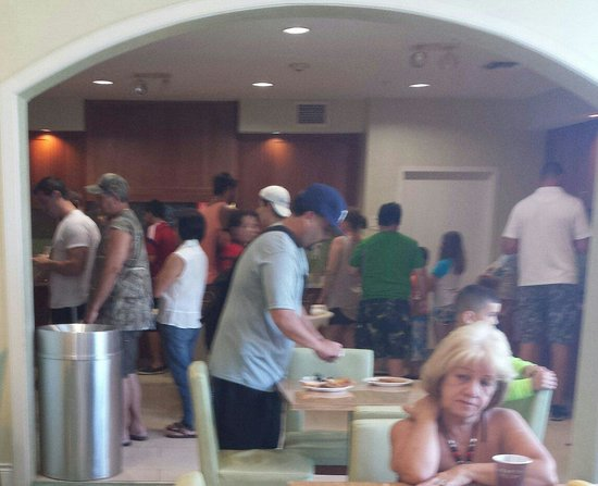 Residence Inn Fort Myers Sanibel : Relaxing breakfast lines on a Saturday morning
