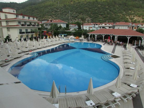 Montebello Resort : Pool and sunbed area
