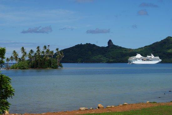 Pension Fare Maeva : Le Paul Gauguin en rade d'Huahine