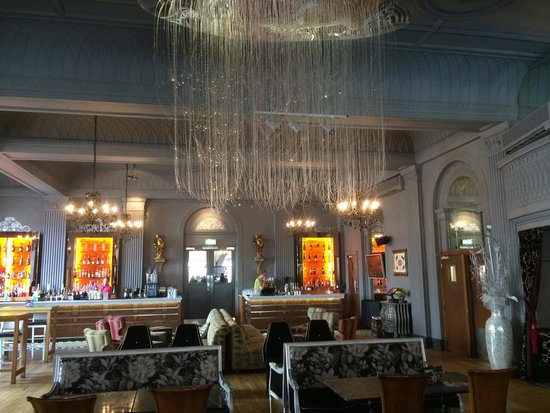 Grand Cafe : At 3pm the place is getting ready to receive people for tea time