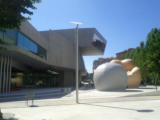 MAXXI - Museo Nazionale Delle Arti del XXI Secolo: sembrano due parallelepipedi che s'incastrino a sbalzo.foto c polidori