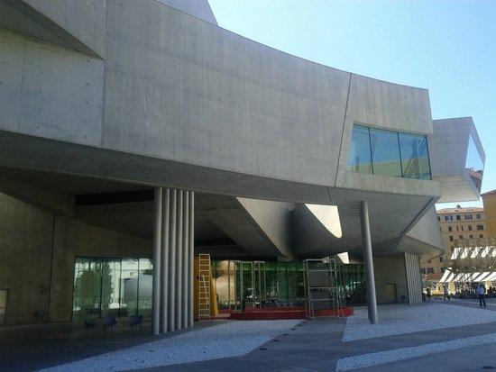 MAXXI - Museo Nazionale Delle Arti del XXI Secolo : nella sua solo apparente semplicità. foto cecilia polidori