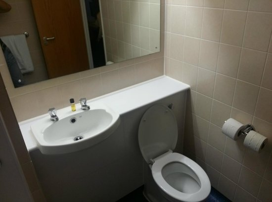 Travelodge Exeter M5: bathroom