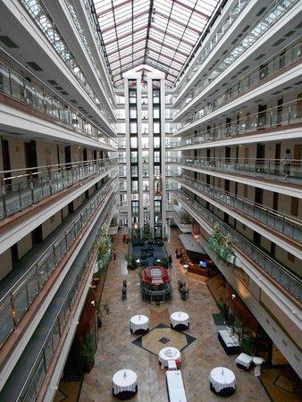 Maritim Hotel Magdeburg: Eingangsbereich Tag