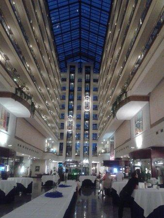 Maritim Hotel Magdeburg: Eingangsbereich Abend