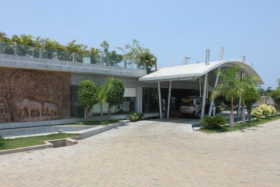Grande Bay Resort and Spa : The entrance..