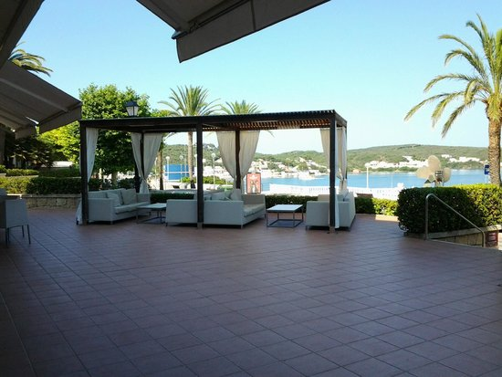 Hotel Port Mahon: View of seating on patio area