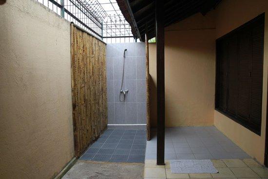 Tastura Beach Resort : The huge but run-down bathroom