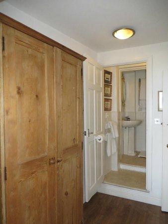Gabriel House : grande armoire et salle de douche au fond