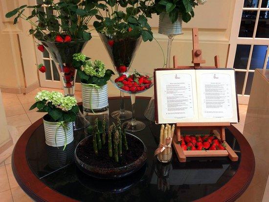 Polonia Palace Hotel: Receptionen, jordbær og Asparges tema