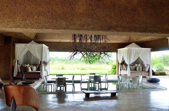 Sabi Sabi Earth Lodge : Coin détente autour d'une piscine pouvant servir de salle à manger