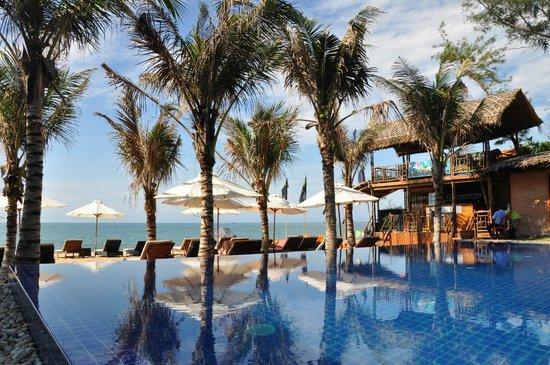 Ananda Resort: swimmingpool and the beach