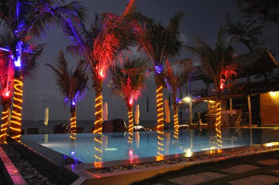 Ananda Resort : swimmingpool by night