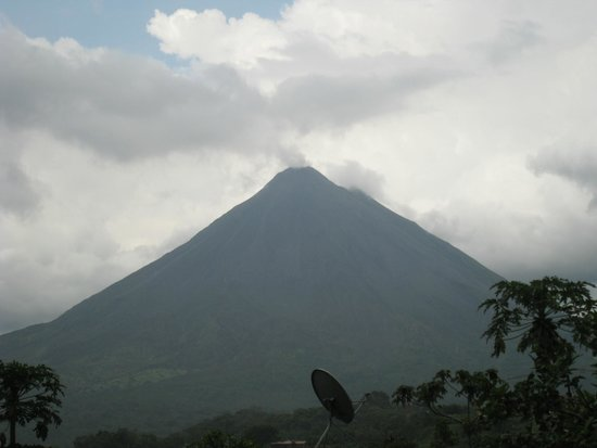 Cabinas Los Tucanes: View of the volcano from the hotel