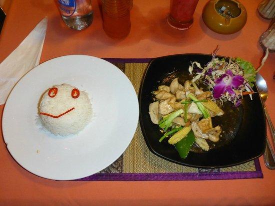 Luna Hut Restaurant : Reis mit fritierten Hünchen mit Champinons und Gemüse