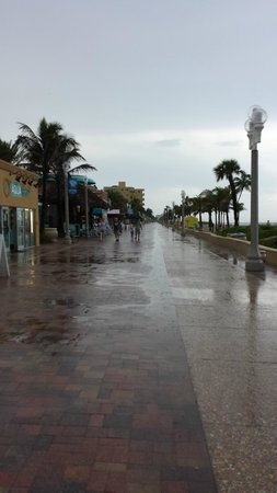Neptune Hollywood Beach Hotel : Boardwalk in front of Neptune on a rainy afternoon.