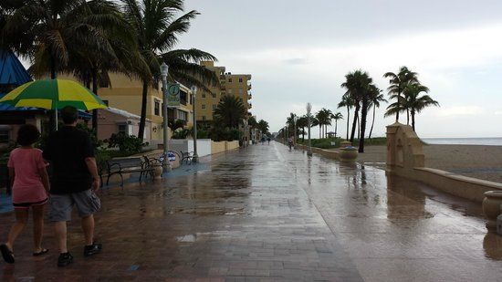Neptune Hollywood Beach Hotel : rainy and beautiful afternoon at Boardwalk