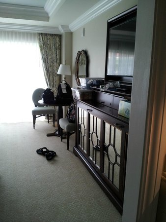 Disney's Grand Floridian Resort & Spa: TV stand ( bunk bed folded up) - table with 2 chairs