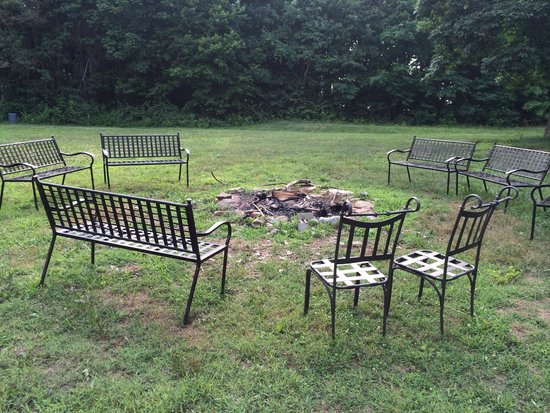 Royal Oaks Cabins: Common area fire pit across from Cabin 8