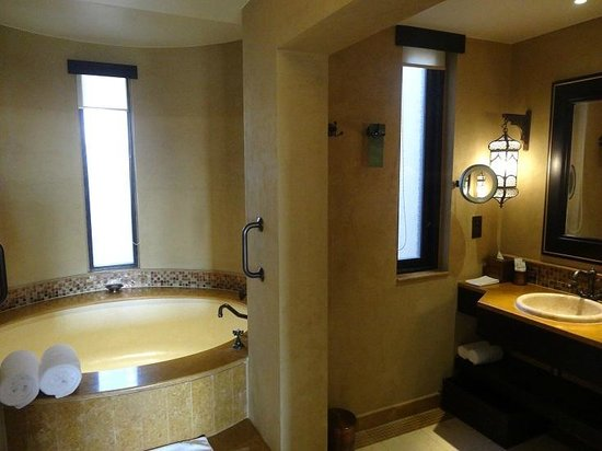 Qasr Al Sarab Desert Resort by Anantara: bath room