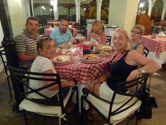 Crown Paradise Club Cancun: Resto La Piazza con amigos