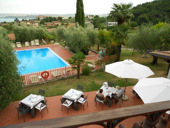 Residence San Rocco: Blick von der Terrasse auf den Pool (quer).