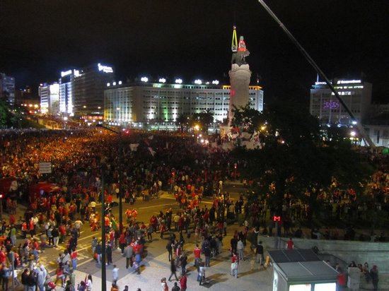 HF Fenix Lisboa: Torcida do Benfica comemora o campeonato nacional, vista privilegiada de nossa janela.