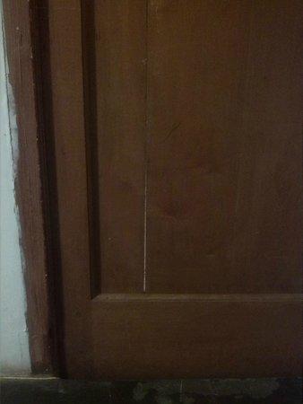 Itaka Hostel: puerta rajada