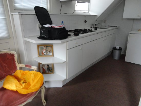 De keuken planken hangen los onderaan! foto van hotel