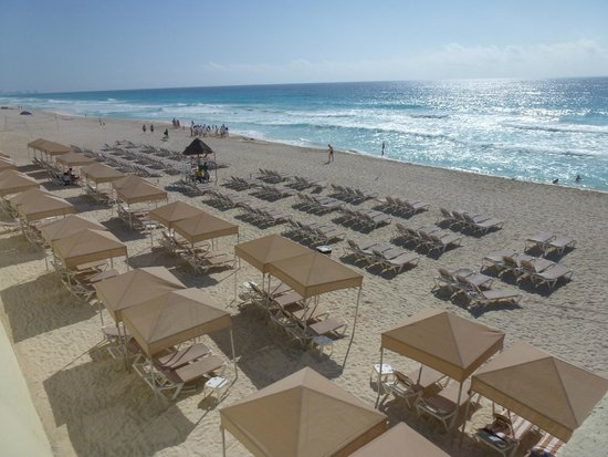 Crown Paradise Club Cancun : Playa con sombras y suficientes reposeras