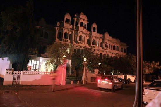 Rampratap Palace: hotel at night