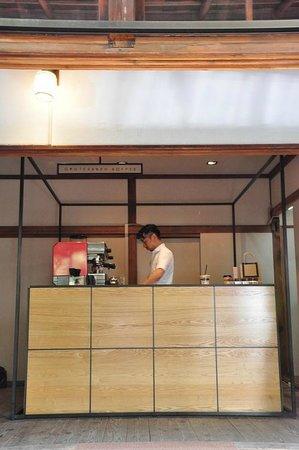 Omotesando Koffee: Kunitomo-san at work