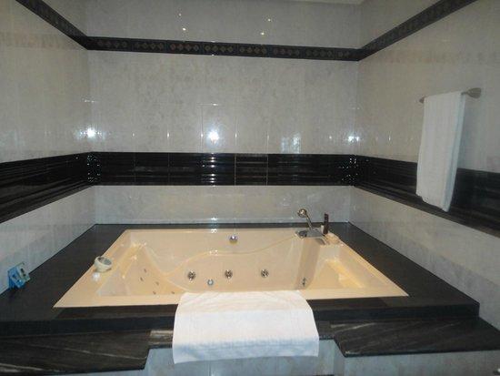 Villa al Alba: Jacuzzi in bathroom